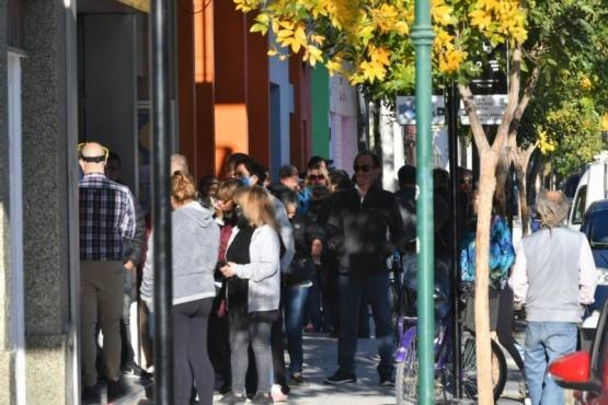 Personas haciendo fila para una tramitación.