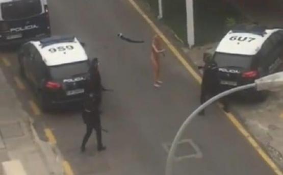 La detuvieron por no cumplir con la cuarentena y cuando fue liberada se desnudó