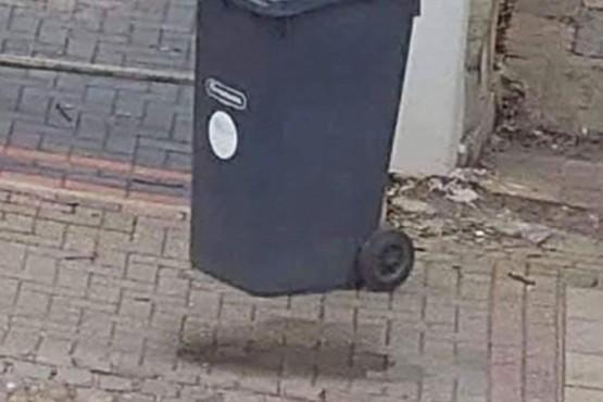 Viral en las redes: el tacho de basura volador