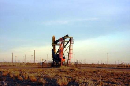 El petróleo crudo tiene un precio bajo y además hay exceso de producción por caída de ventas. (Archivo).