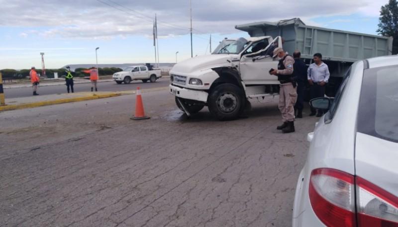 Un camión se quedó sin frenos e impacto a tres vehículos