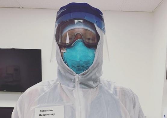 Médicos llevan fotos suyas sonriendo en el uniforme para que los pacientes conozcan sus rostros