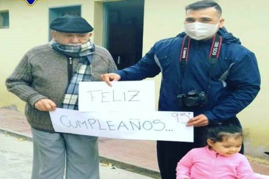 Policías celebraron el cumpleaños de un abuelo de 93 años