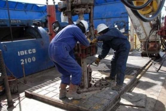 Ayer, el petróleo crudo volvió a derrumbarse y la actividad tambalea. (Ilustrativa).