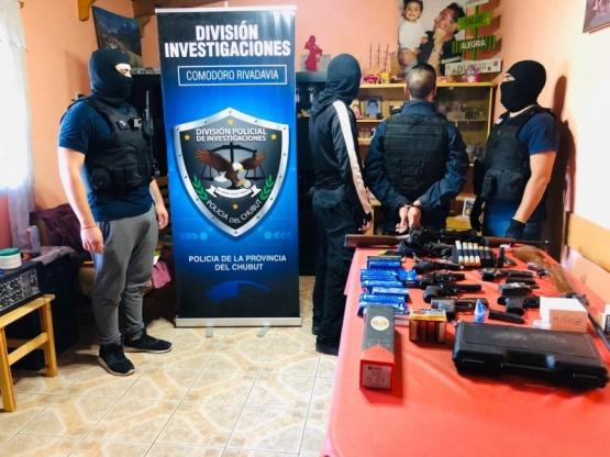 Realizaron operativo y secuestraron un arsenal de armas de un policía