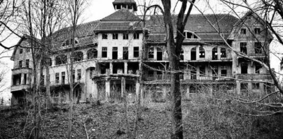 """La """"casa embrujada"""" que usan en Indonesia para quienes violan la cuarentena"""