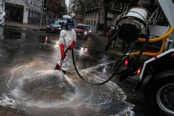 Una patrulla sanitaria desinfecta las calles de Santiago, Chile. (AP)