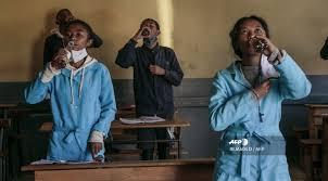 En Madagascar reparten un té de hierbas para luchar contra el coronavirus