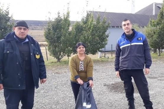 La policia junto a la directora de la escuela rural.