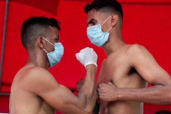 Los boxeadores con barbijos en la presentación.