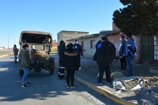 Ejército, Municipio y Petroleros entregan viandas a los más necesitados