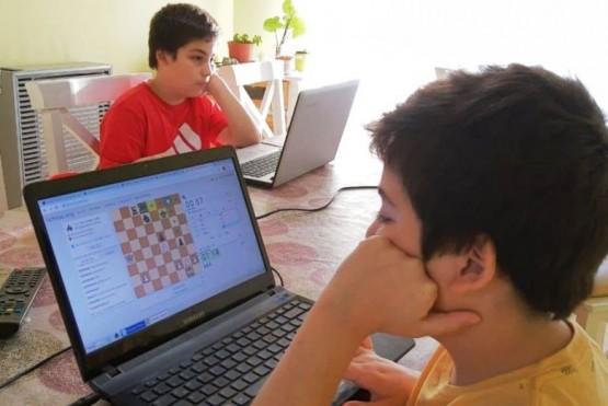Los chicos disfrutan del juego ciencia.
