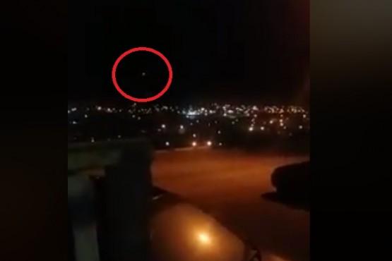 Vecina muestra video donde se escuchan estruendos y se ven luces en el cielo
