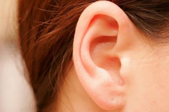 Secreciones detrás de las orejas: qué las produce y cómo se soluciona