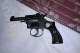 Le allanaron la casa por robo y encontraron un revólver y una tumbera