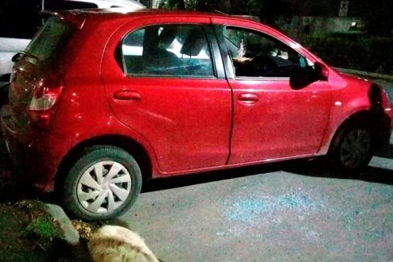 El Toyota que fue blanco de los delincuentes en la noche del sábado.