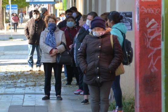 Vecinos haciendo la fila para ingresar a un comercio (Foto C.R.)