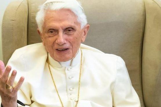 """Benedicto XVI comparó la homosexualidad con el """"anticristo"""" y denunció que quieren silenciarlo"""