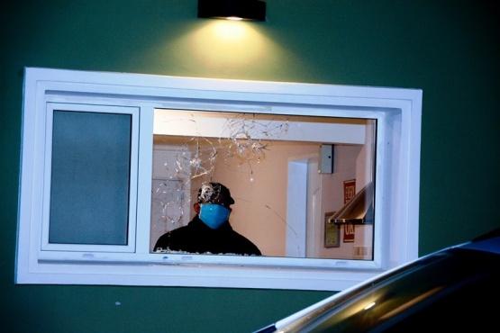Varios de los disparos impactaron contra la ventana de la cocina. (Foto: F.C.)