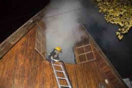 Bomberos trabaja en incendio sobre vivienda