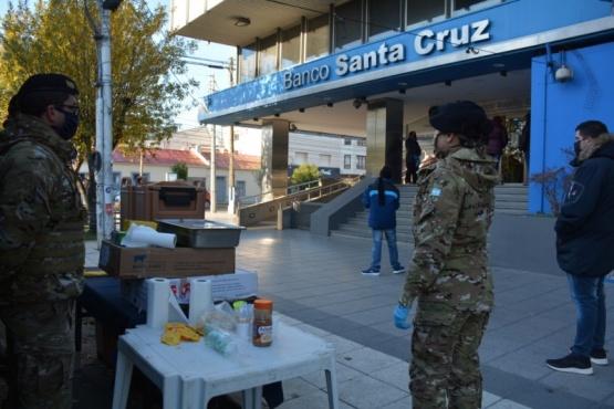 Gobierno, Municipio y Ejército montan carpa calefaccionada frente el Banco Santa Cruz