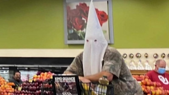Se puso una capucha del KKK para ir al supermercado