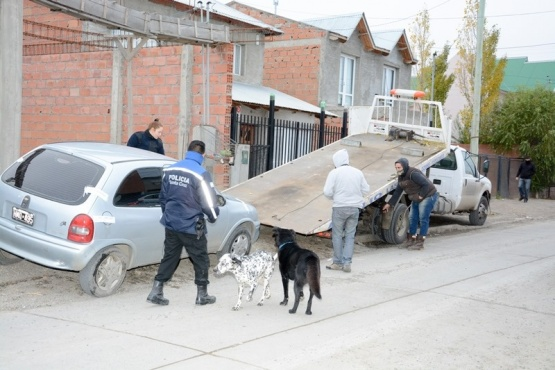 Momento en que secuestran el rodado tras ser requisado. (Foto: F.C.)