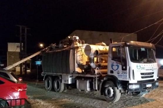 Camión municipal enganchó tendido eléctrico y tiró un poste