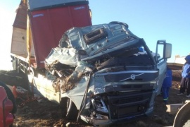 Camión volcó tras reventarse un neumático delantero