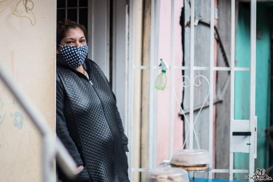 Ramona Medina en la puerta de su casa.