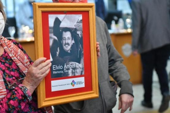 Hilda Fredes viuda de Ángel Bel colgó el cuadro en el Concejo Deliberante .