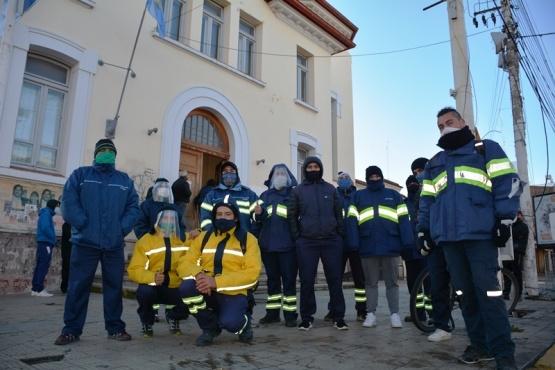 Trabajadores del Correo Argentino afuera de la sucursal (Foto: C. Robledo))