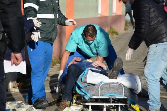 Personal sanitario llevando al hombre en la camilla (Foto: C.Robledo).