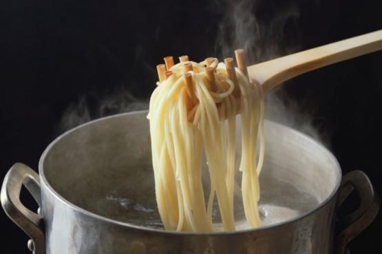 Chefs italianos recomiendan guardar el agua de la pasta por un delicioso motivo