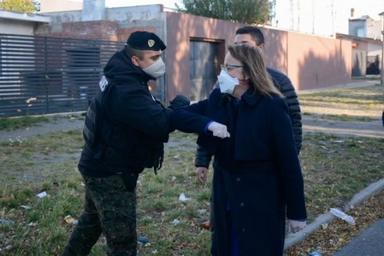 La Gobernadora Alicia Kirchner saludando personal de la fuerza de seguridad.