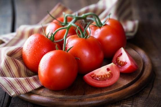 Un estudio reveló cómo y dónde conviene guardar los tomates
