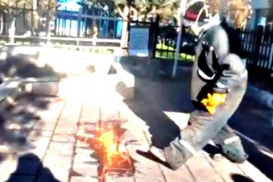 Despedido que amenazó con prenderse fuego.