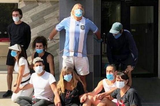 Argentino varado lleva 28 horas encadenado a la embajada