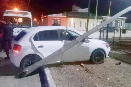 Un hombre perdió el control del auto y partió un poste de luz