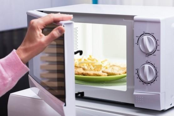 Cómo limpiar la grasa adherida en el microondas en menos de 10 minutos