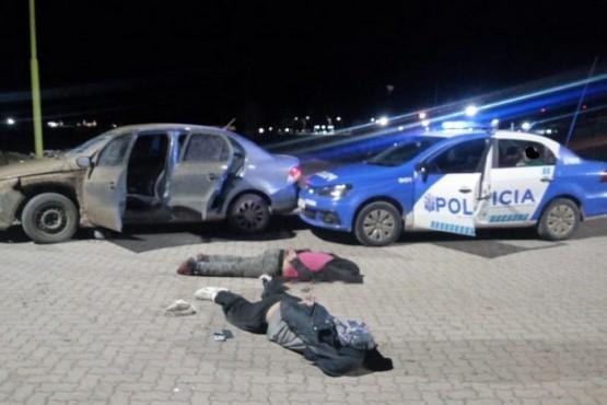 Dos jóvenes fueron detenidos tras violar la cuarentena y colisionar un móvil policial