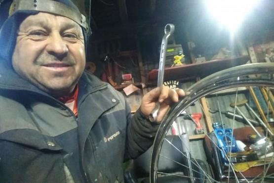 Gran gesto solidario: le construye una silla de ruedas a una mujer de 87 años