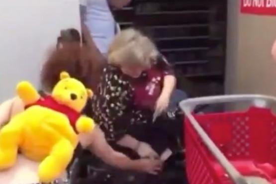 Una mujer en silla de ruedas atacó con un cuchillo a saqueadores