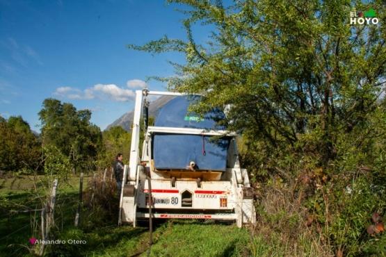 Abastecen a barrios y parajes afectados por el corte de agua potable