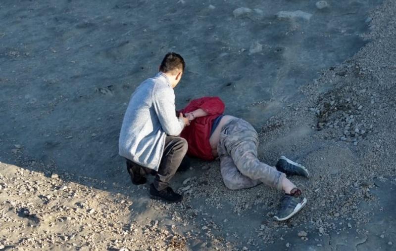 Quedó tendido en el suelo.