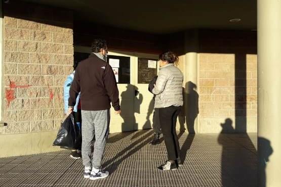 Juan Ramón con una bolsa de insumos en la puerta del Gimnasio 17 de Octubre. (Foto Ulises)