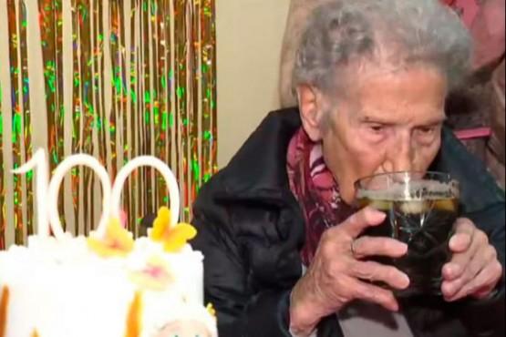 """El secreto de una mujer que cumplió 100 años: """"El fernet con coca es la clave"""""""