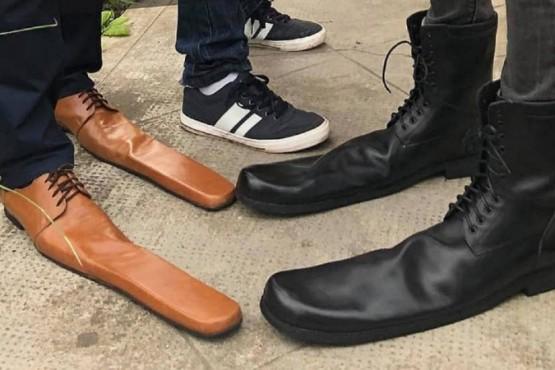 Un zapatero crea calzado de la talla 75 para fomentar el distanciamiento social