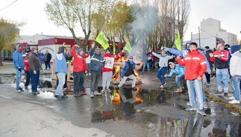 Los manifestantes se encuentran apostados en la parte externa de la UOCRA. (Foto: C.R.)