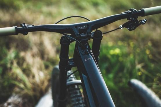 Recomiendan a ciclistas y atletas no atravesar campos privados